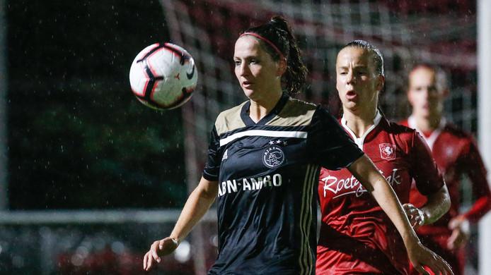 Ellen Jansen (Ajax-shirt) begin dit seizoen, voor het eerst tegen haar oude club FC Twente Vrouwen.