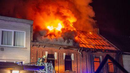 VIDEO. Hevige brand legt rijwoning volledig in de as