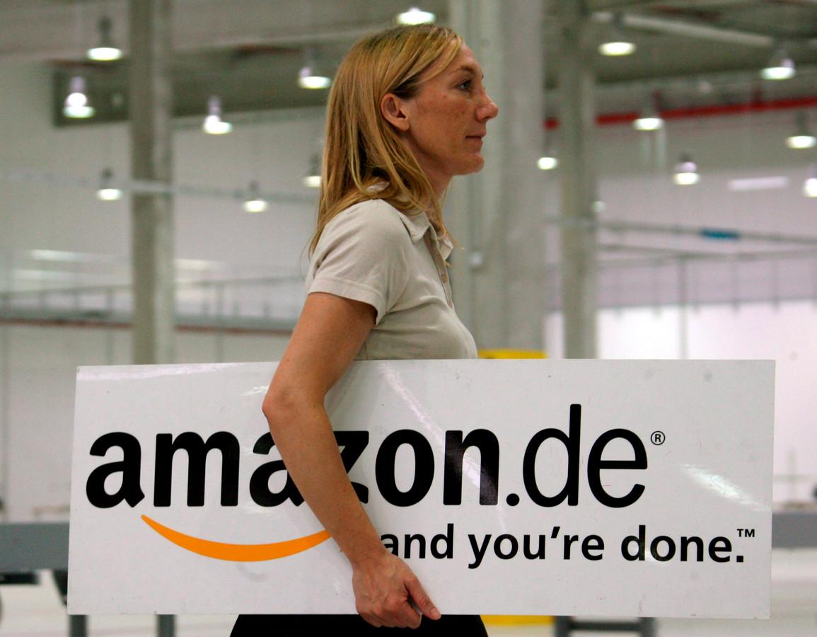 Een werknemer bij Amazon in Leipzig, Duitsland.