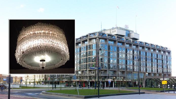 De kroonluchters van het Groot Handelsgebouw in Rotterdam worden geveild.