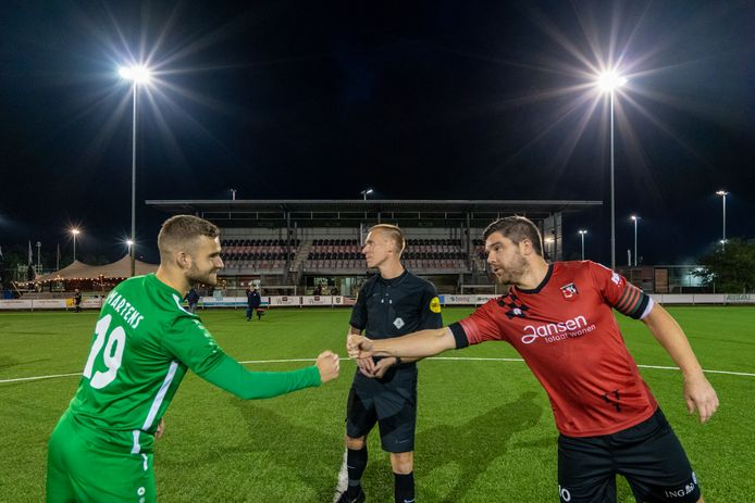 Wesley Martens van MASV en Ricky Houterman van SC Bemmel voor de aftrap van het eerste spookduel van oktober.