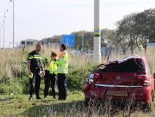 Auto vliegt over de kop op A12 bij Woerden, bestuurster gewond