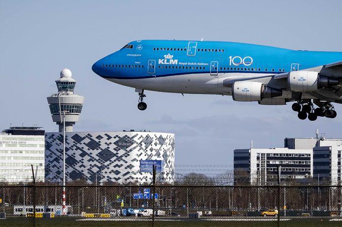 De laatste Boeing 747-400 van de KLM vlak voor de landing.