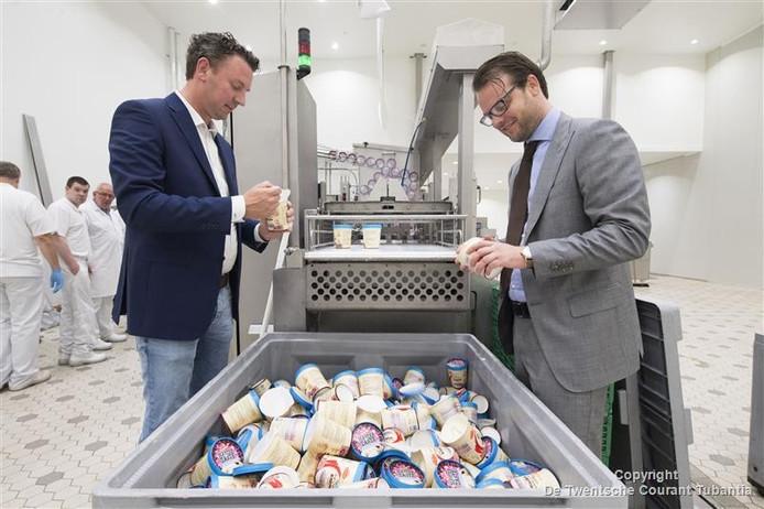 Pepijn Lubbers (rechts) en Koen de Haan testen de eerste ijsjes die van de baan in Oldenzaal 'rollen'.