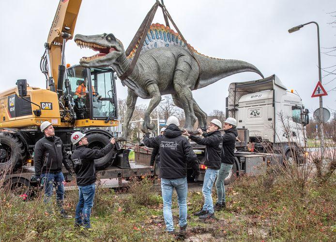 De gestolen dino's van Dinoland zijn zaterdagmiddag teruggebracht vanuit Vledder. Nieuwjaarsvereniging De Oliebol plaatste de dieren weer op hun originele plek.
