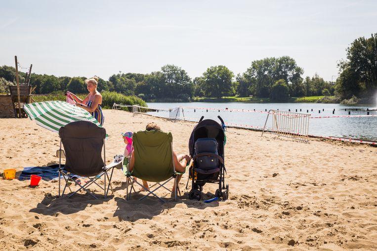 Zonnen op het strand kan nog, maar een verfrissende duik zit er niet in.