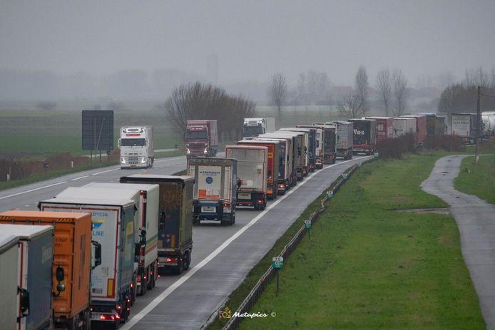 Is dit het beeld dat we binnenkort veelvuldig te zien krijgen op onze snelwegen? Donderdag was het al filerijden op de E40 richting Calais vanaf Adinkerke en zelfs eventjes vanaf Veurne.