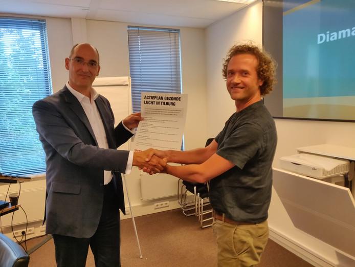 Martin de Wolf (rechts) biedt het 'actieplan' aan aan wethouder Dusschooten