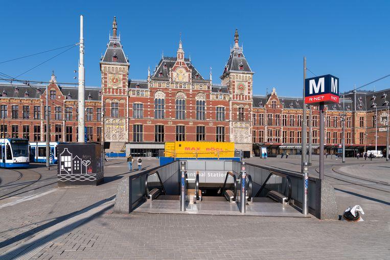 Het Centraal Station in Amsterdam ligt er verlaten bij, de coronacrisis is een grote klap voor de vervoersbranche.  Beeld Helene Wiesenhaan / BSR