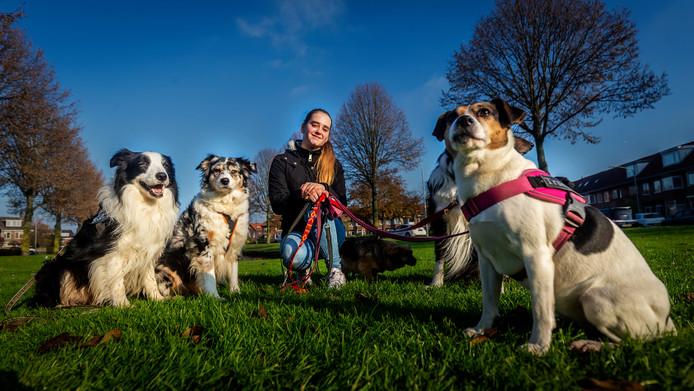 Kim van Gerwen met de honden van haar uitlaatservice.