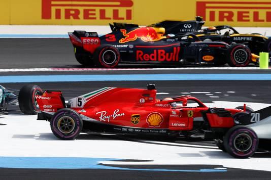 De touché van Sebastian Vettel in de eerste ronde van de Grote Prijs van Frankrijk. Valtteri Bottas (linkt) is het voornaamste slachtoffer.