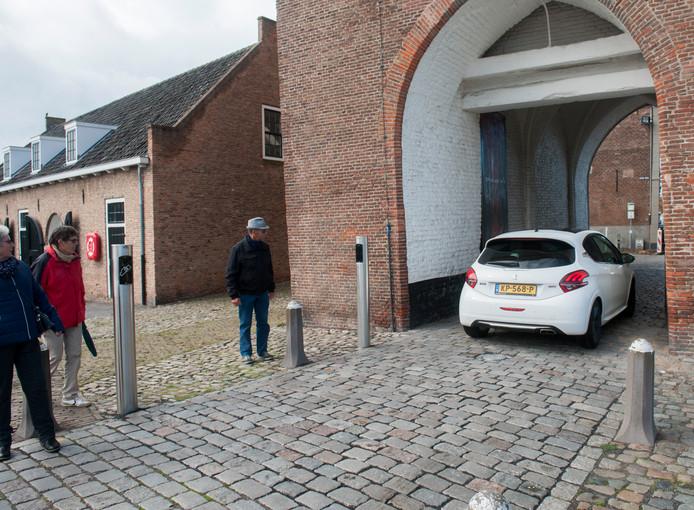 Oktober 2017 weigerde de beweegbare paal in het wegdek van de Zierikzeese Zuidhavenpoort tijdelijk dienst. Automobilisten die daar lucht van kregen, maakten gelijk weer gebruik van deze verkorte route de stad uit.