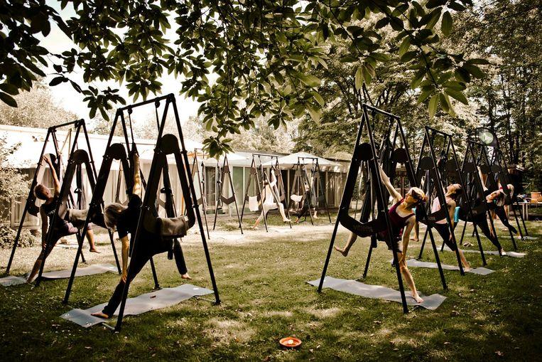 Meirdam herneemt workshops aerial outdoor yoga. Dendermonde