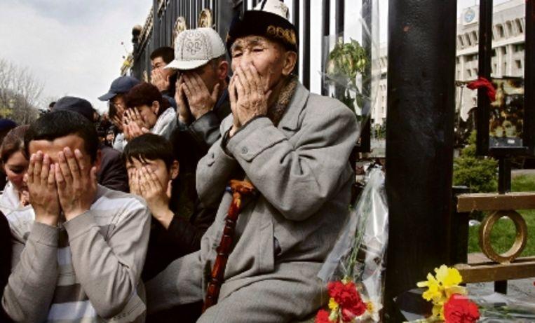 Op het centrale plein van Bisjkek rouwen inwoners om de slachtoffers van de gevechten van deze week. ( FOTO AP) Beeld AP