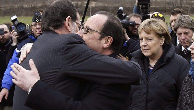 De Franse president François Hollande en de Spaanse eerste minister Mariano Rajoy omhelzen elkaar. De Duitse bondskanselier Angela Merkel is ook afgereisd naar de rampplek in Zuid-Frankrijk en kijkt toe op de achtergrond. Aan boord van het gisteren neergestorte Germanwings-toestel vlak bij Seynes-les-Alpes waren hoofdzakelijk Spanjaarden en Duitsers.