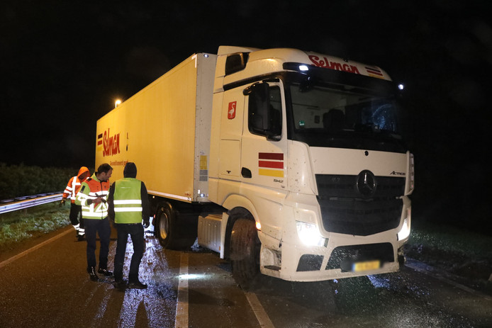Een vrachtwagen raakte donderdagochtend rond 02.45 uur van de weg op de A15 bij Bemmel en moest worden geborgen.