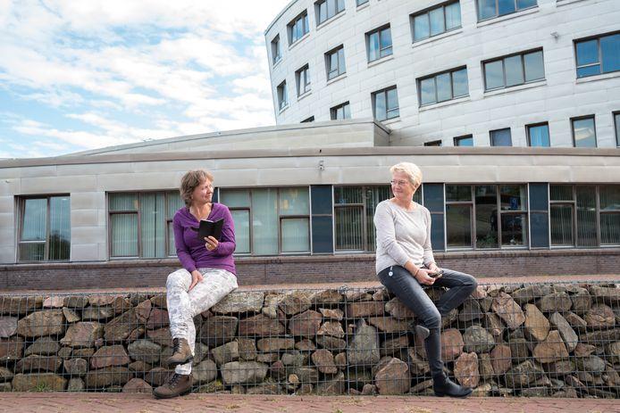 Gea Schoemaker (l) en Marianne Ketting van SMWO Schouwen-Duiveland bij het gemeentehuis, waar SMWO kantoor houdt
