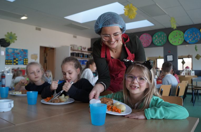Schepen Julie Misplon hielp ook mee bij de bedeling van de maaltijd.
