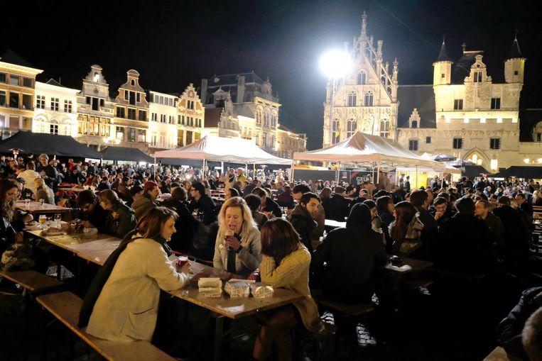 De Grote Markt zat afgeladen vol met bier- en andere liefhebbers.