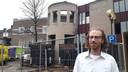 Marc Venrooy voor het oude gemeentehuis van Schijndel, waar hij binnenkort uit moet. Het ronde gedeelte wordt gesloopt.