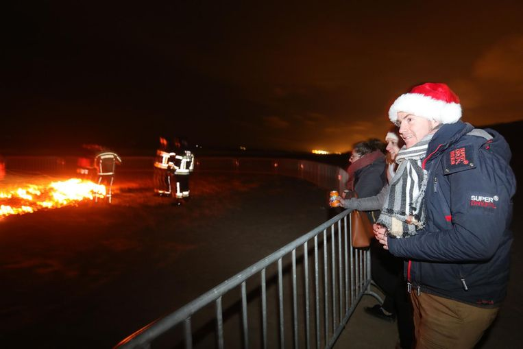 Samen genieten van het vuur tijdens de kerstboomverbranding.