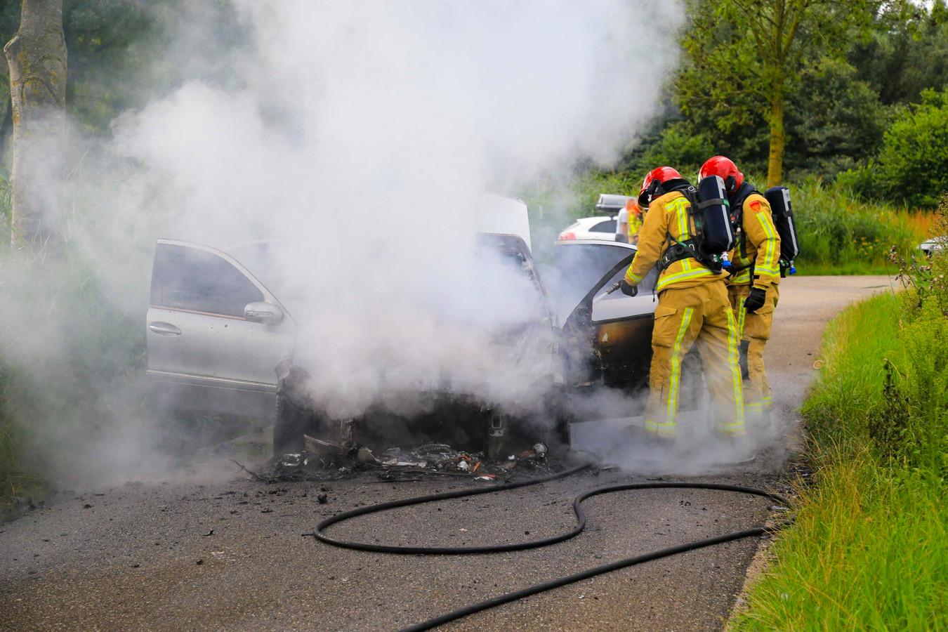 Auto in brand op Veldbeemd in Helmond.