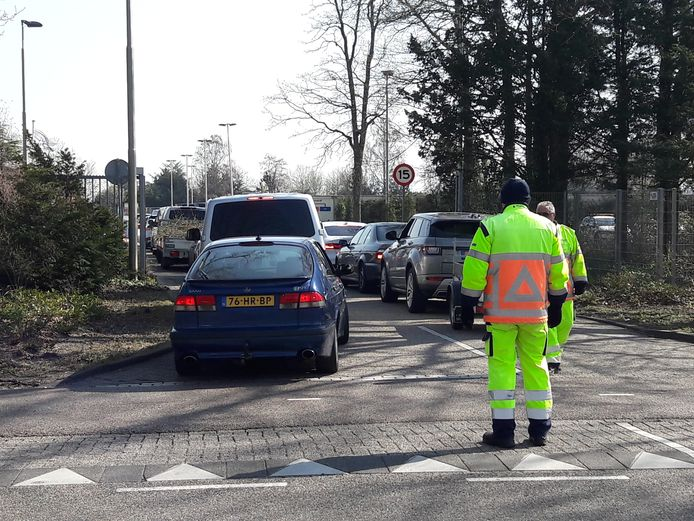 Bij het milieustation in Drunen was het druk. Er werden eerder ook al verkeersregelaars ingezet.