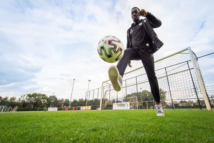 Prodige Kivuku leerde voetballen op een groenstrook voor zijn huis in Etten-Leur. Via Unitas'30 belandde hij bij Terheijden.