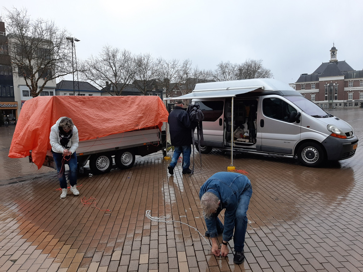 De kerstkofferbakverkoop op het Marktplein zit er al op voor-ie begonnen is.
