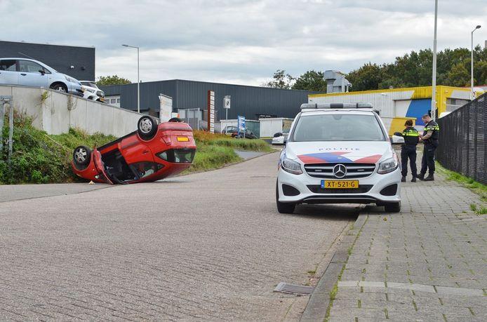 Auto ondersteboven op de Slingerweg in Bergen op Zoom.