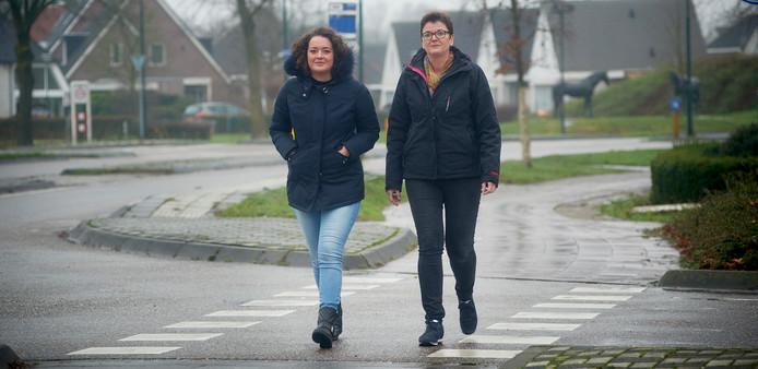 Eline Kanters met haar moeder op de plek aan de Schansoord (kruising Voorbolst) te Erp waar het ongeluk gebeurde waar zij een boek over schrijven. Fotograaf: Van Assendelft