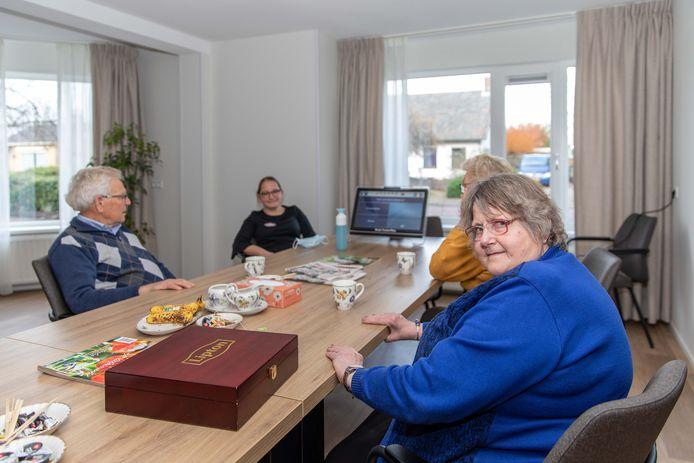 Bij Ter Weel in Krabbendijke is een nieuwe dagbesteding opgestart. Activiteitenbegeleidster Laurette Witte speelt met de deelnemers een muziekquiz op de Braintrainer. Conny van Iwaarden (rechts) was al vaste klant bij Gast&Hof in Kruiningen en is blij dat ze nu op haar eigen dorp terecht kan.