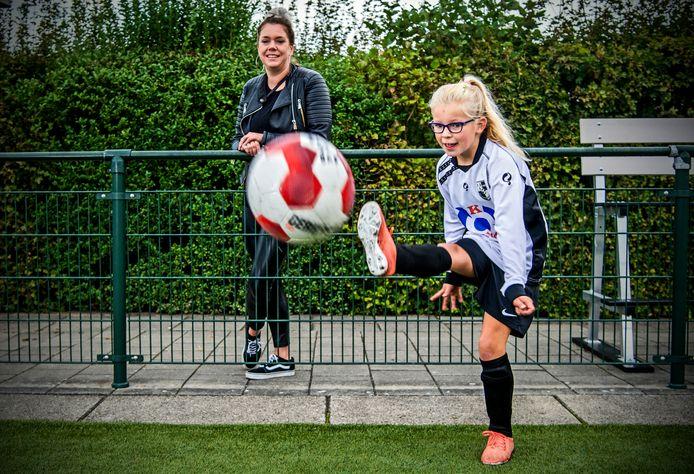 Quinty den Hertog kan dankzij steun van het Jeugdfonds Sport en Cultuurt voetballen bij VV Lekkerkerk.  Moeder Evelien Trouwborst : ,,Vragen om hulp  is een drempel waar je je als ouder overheen moet zetten.''