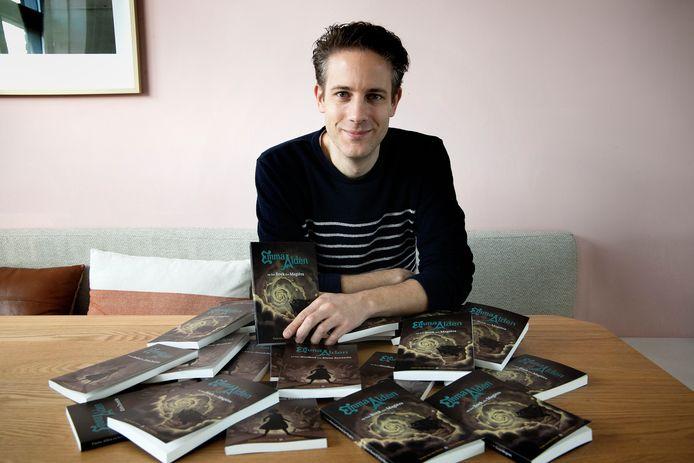 Coen van der Horst met zijn nieuwe boek: 'Emma Alden en het Boek der Magiërs'.