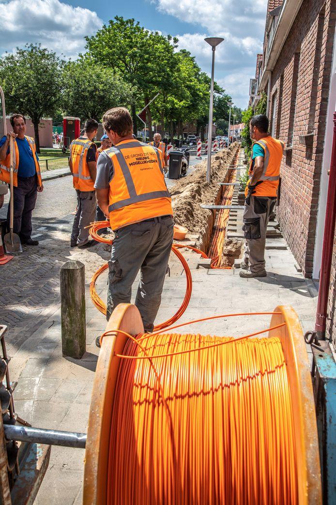 Over enige tijd wordt dit ook het beeld in Spijkenisse en Zuidland. Hier is KPN druk bezig met glasvezelkabel in Zwolle.