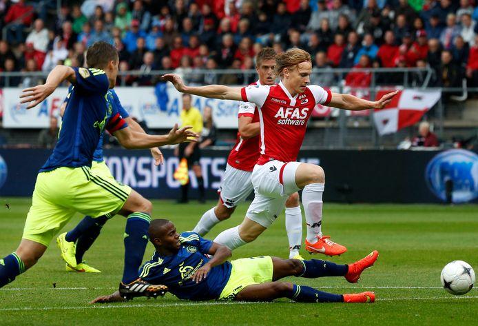 Guus Hupperts ontwijk een tackle van Ruben Ligeon.