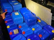 Politie neemt 11.000 liter aan grondstoffen voor drugs in beslag
