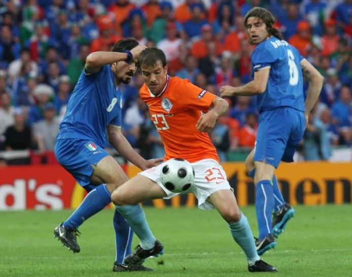 Rafael van der Vaart in duel met Gennaro Gattuso van Italië. De middenvelder van Oranje wacht vanavond een sleutelrol. foto Koca Sulejmanovic/EPA