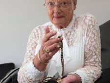 Opa's zakhorloge met ketting van gevlochten haar biedt Hanny troost