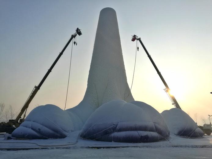 Studenten van onder andere de TU Eindhoven en Summa College hebben in Harbin, China de hoogste ijstoren gebouwd: het gevaarte meet 30 meter.