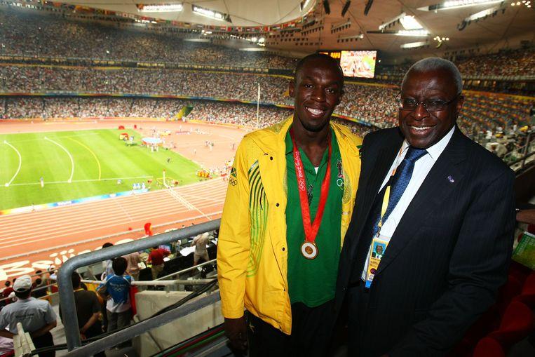 Ex-IAAF-voorzitter Diack met Usain Bolt in Beijing in 2008. Beeld Getty