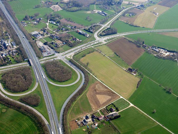 De snelweg A18 met rechts de weg Slingerparallel richting Oude IJsselstreek. Rechts naast de op en afrit - onder meer het lichtgroene vlak - is het nieuwe Slingeland Ziekenhuis gepland.