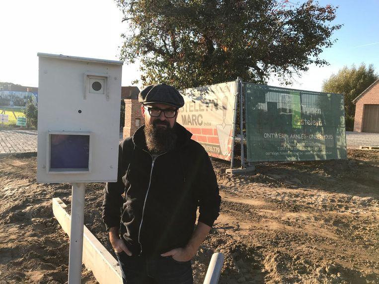 Tuinaannemer Piet Casteleyn bij de nepflitspaal.