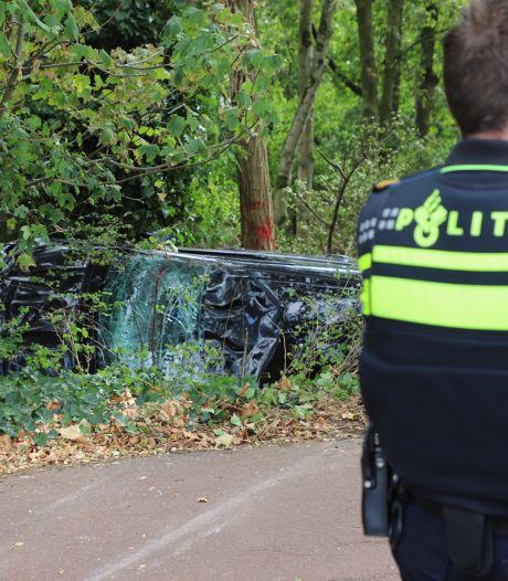 Auto maakt forse klap bij Beatrixbrug in Best: bestuurder gewond, fietsers kunnen voertuig ontwijken