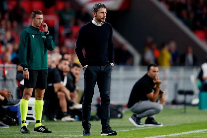 Mark van Bommel coacht tijdens PSV-Apollon.