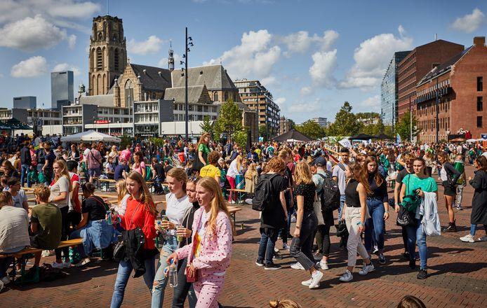 Archieffoto van de Eurekaweek, de start van het nieuwe studiejaar op de Erasmus Universiteit. Dit jaar zal het er niet zo uitzien. Wel is de vraag of de studenten genoeg afstand van elkaar houden.