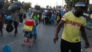 Migranten gaan in grote groepen naar nieuw kamp op Lesbos