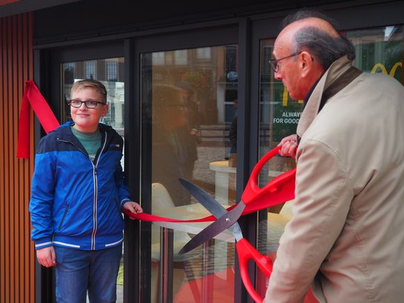McDonald's verraste Dries Avonds uit Lier met een minirestaurant op de Grote Markt. Met burgemeester Frank Boogaerts.