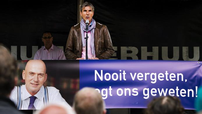 Broer Simon van de twaalf jaar geleden doodgeschoten Pim Fortuyn spreekt bij het monument van de politicus tijdens een stille tocht door het centrum van Rotterdam op 6 mei.