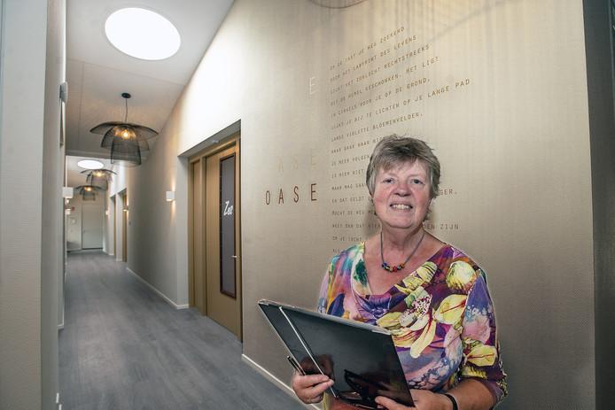 Kitty Schaap, stadsdichter van Oss, bij haar 'muurgedicht' in hospice Oase.